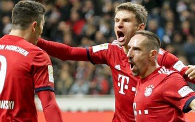 Franck Ribery (r) freut sich über sein Tor zum 1:0 mit Thomas Müller (M) und Robert Lewandowski.