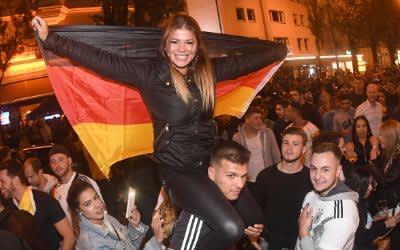 Fans feiern den Sieg der Deutschen Nationalmannschaft auf der Leopoldstraße