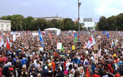 """Menschen nehmen an der Demonstration """"#ausgehetzt - Gemeinsam gegen die Politik der Angst"""" am Königsplatz teil."""