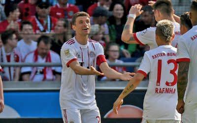Thomas Müller (2.v.l) bejubelt sein Tor zum 0:1 gegen Hannover 96.