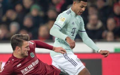 Hendrik Weydandt und Münchens Serge Gnabry (l-r.) im Zweikampf.