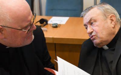 Archivbild: Kardinal Reinhard Marx (links) und Kardinal Karl Lehmann unterhalten sich am 19.09.2016 zu Beginn der Herbstvollversammlung der Deutschen Bischofskonferenz in Fulda (Hessen) miteinander