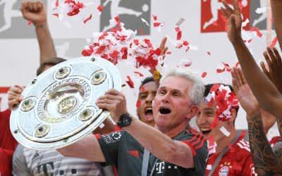34. Spieltag in der Allianz Arena. Trainer Jupp Heynckes von Bayern München hält nach dem Spiel die Meisterschale.