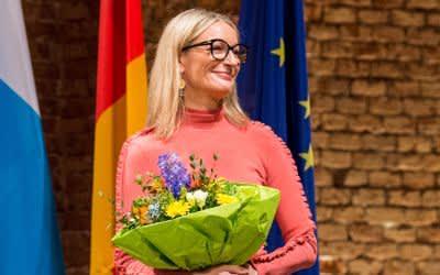 Monika Gruber, Kabarettistin aus Bayern, steht nach der Übergabe des Dialektpreises auf der Bühne.