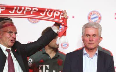Karl Heinz Rummenigge hält einen Jupp-Schal zu Ehren des scheidenden Trainers Jupp Heynckes bei einem Bankett in der Hauptstadt-Repräsentanz der Deutschen Telekom in Berlin am 19.05.2018