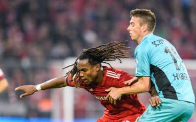 Renato Sanches vom FC Bayern München (l.) und Janik Haberer von Freiburg im Zweikampf um den Ball.