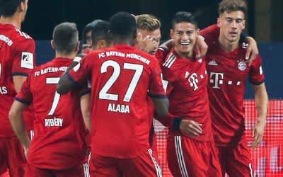 Bayerns James Rodriguez (2.v.r.) freut sich über sein Tor zum 1:0.