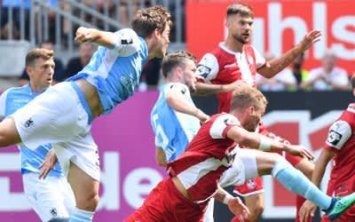 Kaiserslauterns Christoph Hemlein (M) und Münchens Quirin Moll (3. v.l.) kämpfen um den Ball