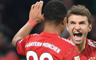 Bayerns Thomas Müller (r) jubelt mit Serge Gnabry nach dessen Tor zum 1:2.