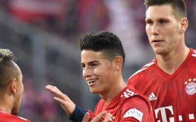 Münchens James Rodriguez (M) bejubelt sein Tor zum 1:3 gegen VfL