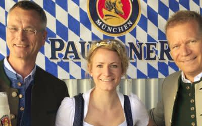 Martin Zuber Geschäftsführer Brauerei am Eisbach, Bayerische Bierkönigin Johanna Seiler, Paulaner Geschäftsführer Andreas Steinfatt