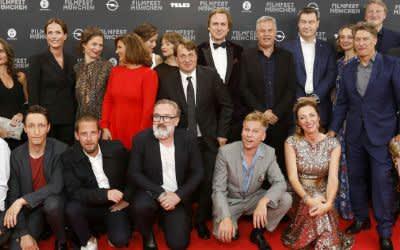"""Festivalchefin Diana Iljine, Ministerpräsident Markus Söder und das """"Mackie Messer""""-Team"""