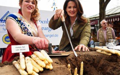 Eröffnung der Spargelsaison auf dem Viktualienmarkt mit Landwirtschaftsministerin Michaela Kaniber (r.)