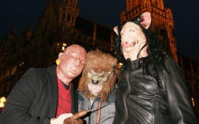 Florian (29), Ali (28), Florian (35) an Halloween