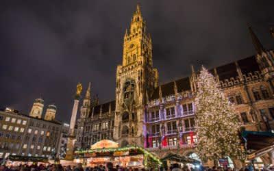 Beleuchteter Marienplatz mit Rathaus und Christbaum