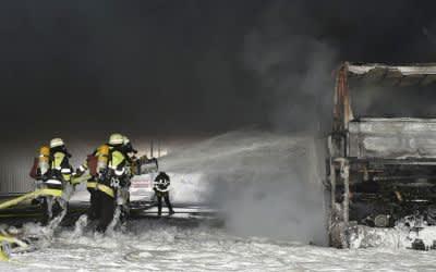Feuerwehr löscht Brand in Reisebus