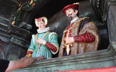 Figurenspiel des Rathauses: Das frisch restaurierte Brautpaar wird eingesetzt