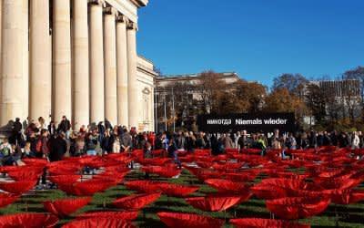 """Der Künstler Walter Kuhn und seine Helfer """"pflanzten"""" für """"Never again"""" auf den Freiflächen 3.000 Mohnblumen aus Kunstseide."""