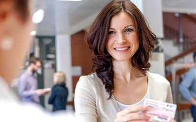 Frau meldet sich zum Blutspenden an