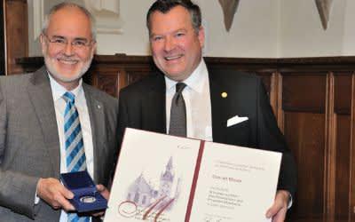 Conrad Mayer wird von Bürgermeister Josef Schmid die Medaille München leuchtet überreicht