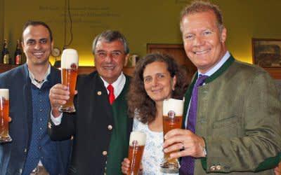 Der neue Küchenchef im Winzerer Fähndl, Tobias Bosch, die Wiesnwirte Peter und Arabella Pongratz und Paulaner-Chef Andreas Steinfatt