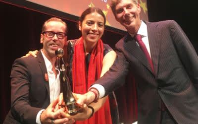 Roger Diederen, Anna Kleeblatt, Max Wagner freuen sich über die Auszeichnung für das Faust Festival