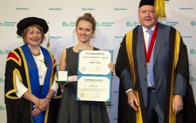 Verleihung des Social Responsibilty Awards - (v.l.n.r.) Prof. Claire Ozanne (EU Business School), Tammy Schmidt (Green City e. V.), Dr. Dirk Craen (Präsident der EU Business School)