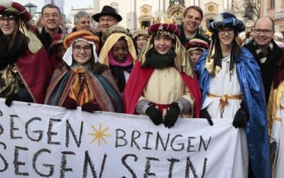 Sternsingerzug mit rund 2.600 Sternsingern zieht durch die Innenstadt von Altötting.