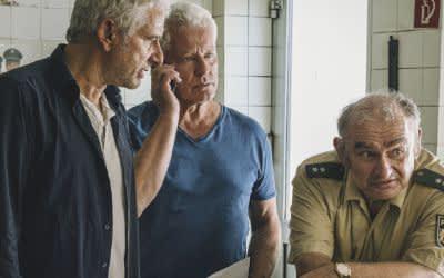 Tatort Freies Land. Von links: Kriminalhauptkommissare Franz Leitmayr (Udo Wachtveitl) und Ivo Batic (Miroslav Nemec) mit Traitacher Kollegen Mooser (Sigi Zimmerschied).