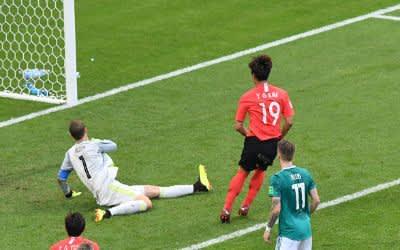 Tor zum 1:0 durch Younggwon Kim (Suedkorea) gegen Torwart Manuel Neuer (Deutschland)