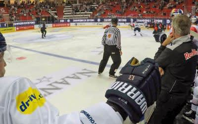 Blick von der Bank im Spiel des EHC gegen Turku.