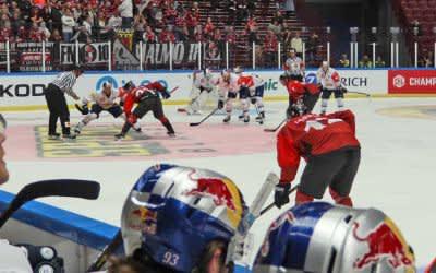 Spielszene im Spiel des EHC in Malmö.
