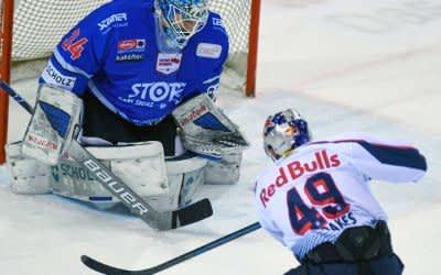 Spielszene im Spiel des EHC gegen Schwenningen.