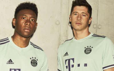 David Alaba und Robert Lewandowski mit dem neuen Auswärtstrikot des FC Bayern für die Saison 2018 / 19