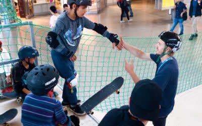 Skater auf der Rampe beim Skatebahnhof