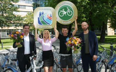 Ingo Wortmann (links) und Florian Zimmermann (rechts) von der MVG mit Susanne Weinzierl (100.000-ste Kundin) und Anselm Appel (1.000.000-ste Ausleihe)