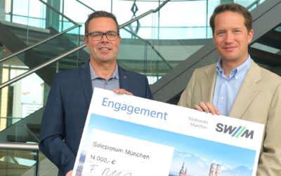 Dr. Florian Bieberbach, Vorsitzender der SWM Geschäftsführung (rechts), übergibt die Spende für das Salesianum an Stefan Bauer, Gesamtleiter im Salesianum