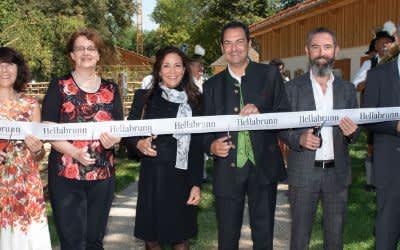 Eröffnung des Hellabrunner Mühlendorfes (von links: Marlies Mirbeth, Christine Strobl, Catherine Demeter, Rasem Baban, Kieran Stanley, Dr. Olivier Pagan)