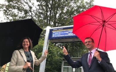 Bayerns Verkehrsministerin Ilse Aigner und der bayerische Bahnchef Klaus-Dieter Josel stellten exemplarisch an der Station Englschalking die neue Fahrgastinformationsanlage vor.