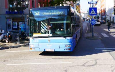 Ein Bus der Linie 52 am Gärtnerplatz