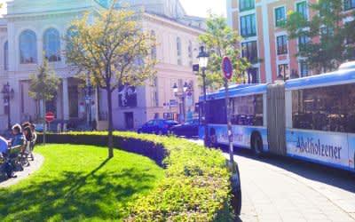 Ein Bus der Linie 52 vor dem Gärtnerplatztheater