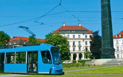 Tram am Karolinenplatz