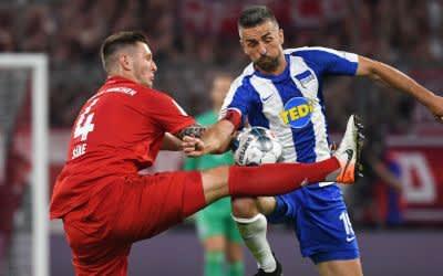 FC Bayern München - Hertha BSC am 16.8.2019 in der Allianz-Arena. Münchens Niklas Süle (l) und Herthas Vedad Ibisevic kämpfen um den Ball.