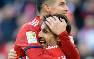 Torschütze Javi Martinez (r) jubelt mit Teamkollege James Rodriguez über seinen Treffer zum 1:0.
