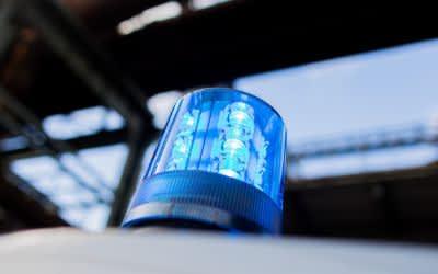 Ein Polizeifahrzeug mit Blaulicht auf dem Dach.