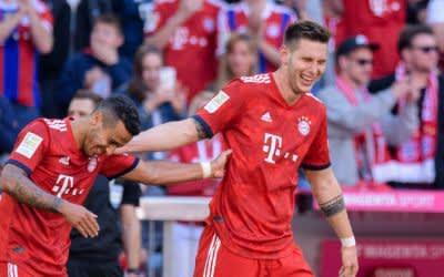 Torschütze Niklas Süle (r) feiert seinen Treffer mit Thiago.