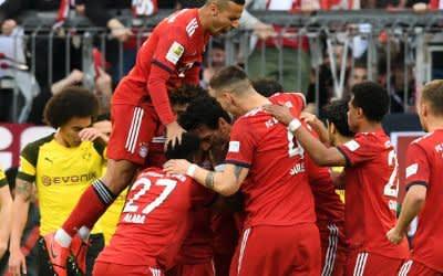 Spieler des FC Bayern München jubeln nach dem ersten Tor gegen Borussia Dortmund.