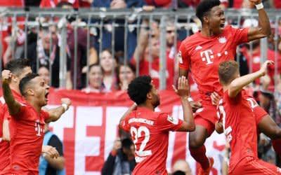 Die Bayern-Spieler feiern das vorentscheidende 2:1 von David Alaba gegen Eintracht Frankfurt.