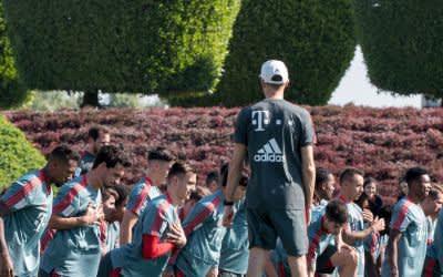 Die Spieler des Fußball-Bundesligisten FC Bayern München wärmen sich während einer Übungseinheit am Vormittag auf