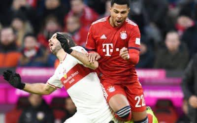 Emiliano Insúa (l.) von Stuttgart und Serge Gnabry von Bayern kämpfen um den Ball.